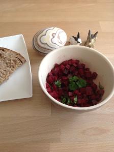 Food – knackige Vitaminbombe, Rote-Bete-Salat mit Zitronendressing (vegan), gut für Schwangere, da sehr eisenhaltig